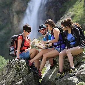 Photo de Randonneurs devant une Cascade dans le Valgaudemar