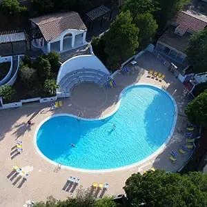 Photo drone d'une piscine de camping au Lavandou pour les supports de communication de Campéole