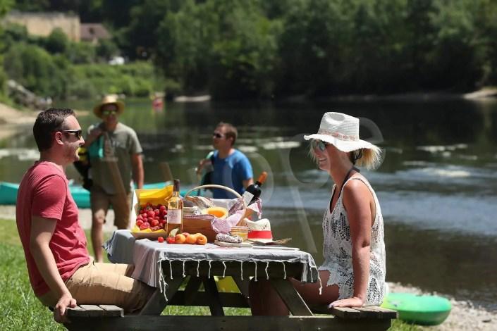 Pique-nique à la Malartrie, au bord de la Dordogne, avec mise en scène de figurants