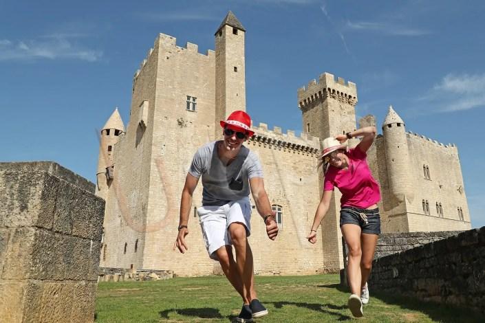 Photo de figurants au château de Beynac dans la vallée de la Dordogne