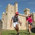 Photo d'un couple devant le château de Beynac dans le Périgord