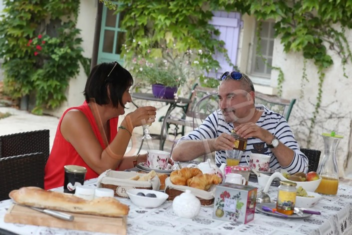Petit déjeuner en amoureux pour illustrer la communication d'un gîte de France