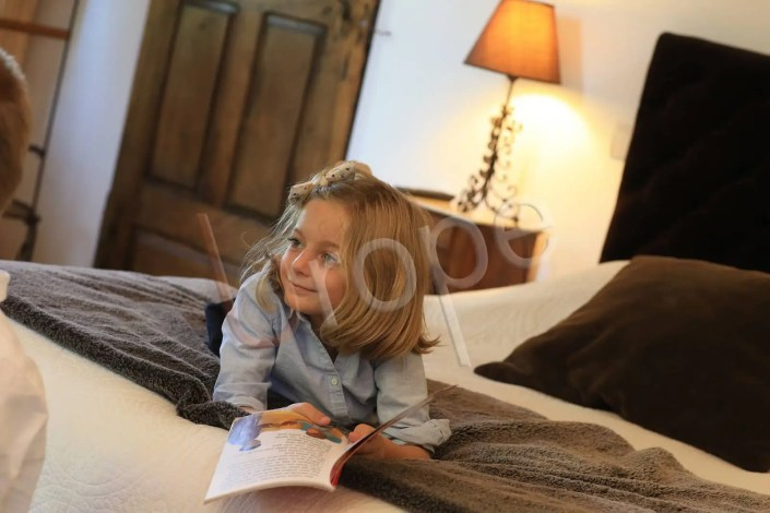 Photo d'illustration d'enfants dans une chambre d'hôtel