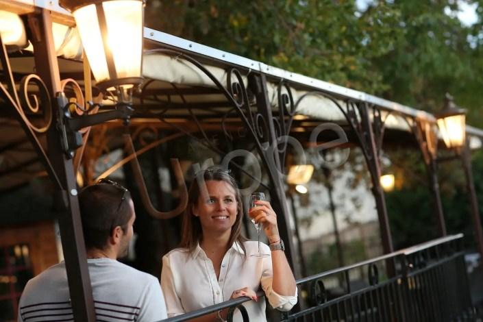 Visuel d'illustration pour Isère Tourisme d'un couple prenant un verre en terrasse