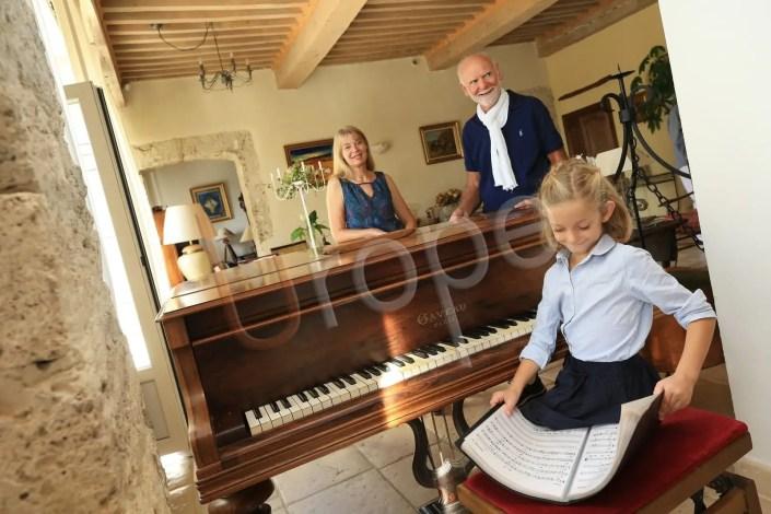 Photo de moments de tendresse avec une fille au piano et les grands-parents