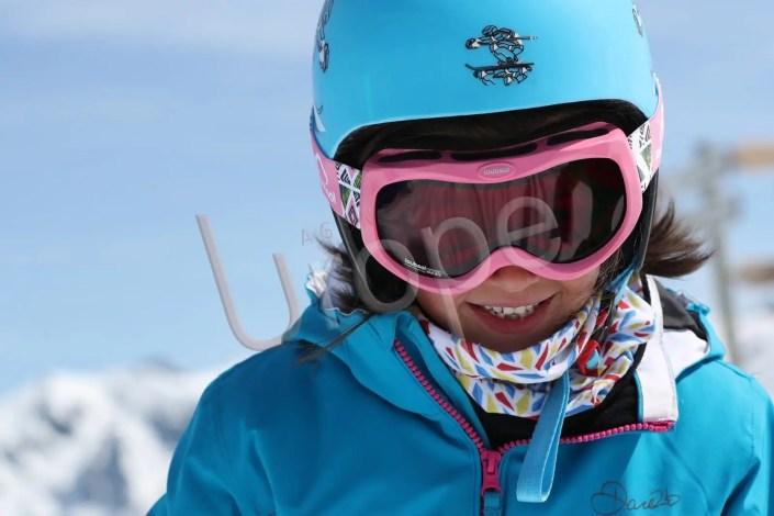 Portrait d'une petite fille en tenue de ski bleue