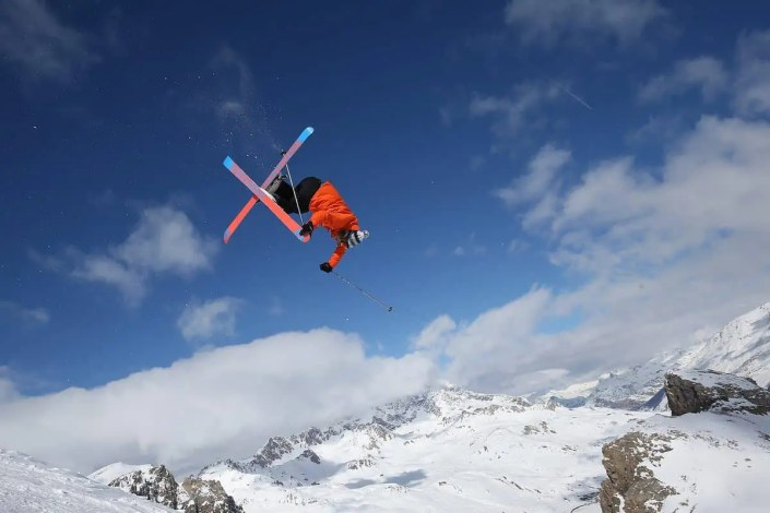 Photo de ski freeride avec un saut
