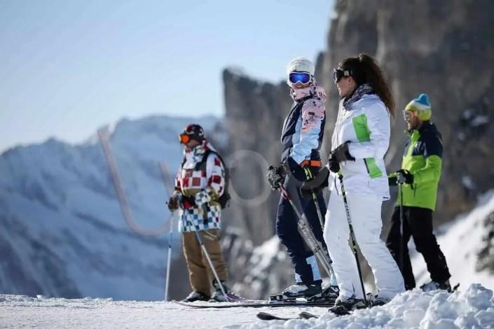 Groupe de skieurs en bord de piste