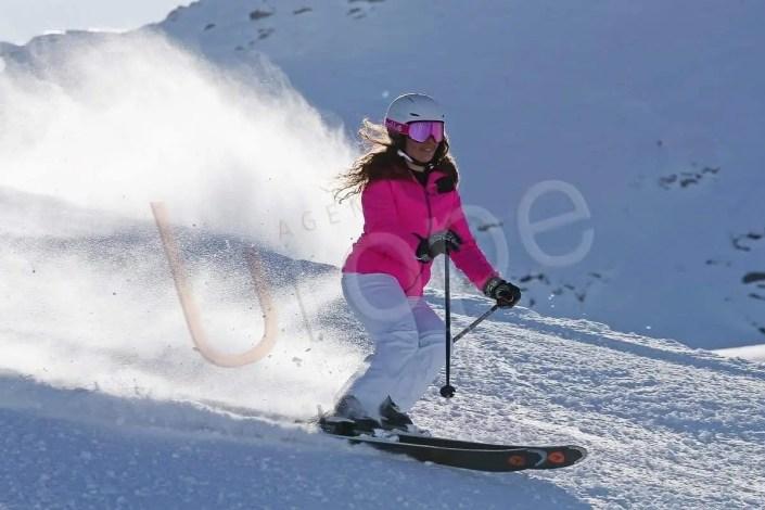 Image de sport : Skieuse qui descend une piste à à Val d'Isère