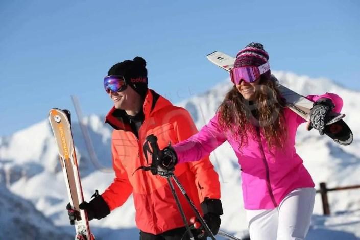 reportage photo : Couple qui sourit au ski à Val d'Isère