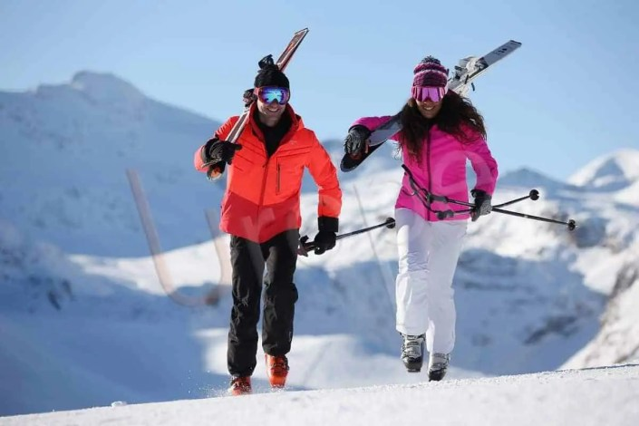 Photo d'un Couple qui court sur la piste à à Val d'Isère