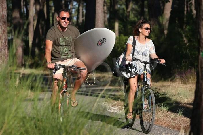 Couple allant surfer en VTT au camping Médoc Plage