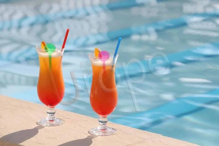 Image de cocktail en bord de piscine