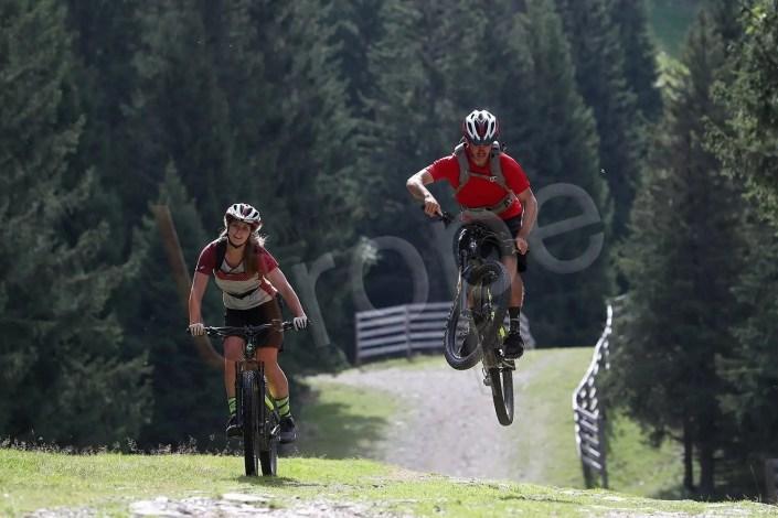 Couple en VTT avec saut