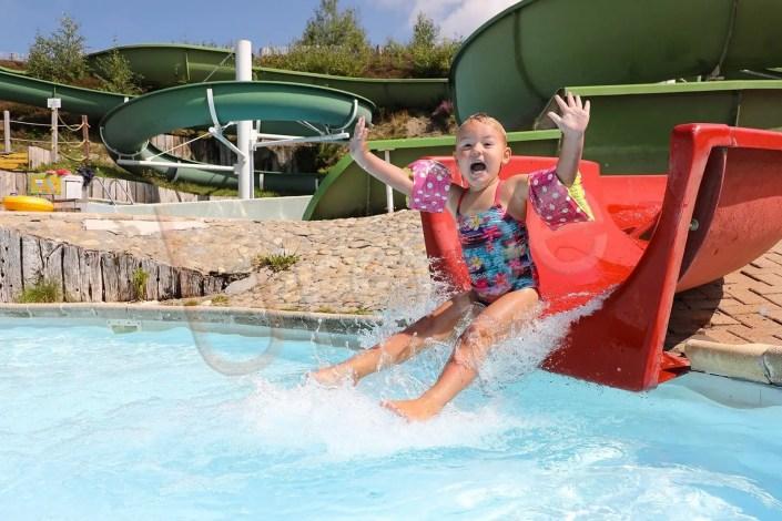 Photographie d'une enfant à la piscine de Prapoutel