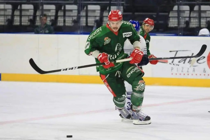 Photo d'un joueur de hockey en action sur la glace