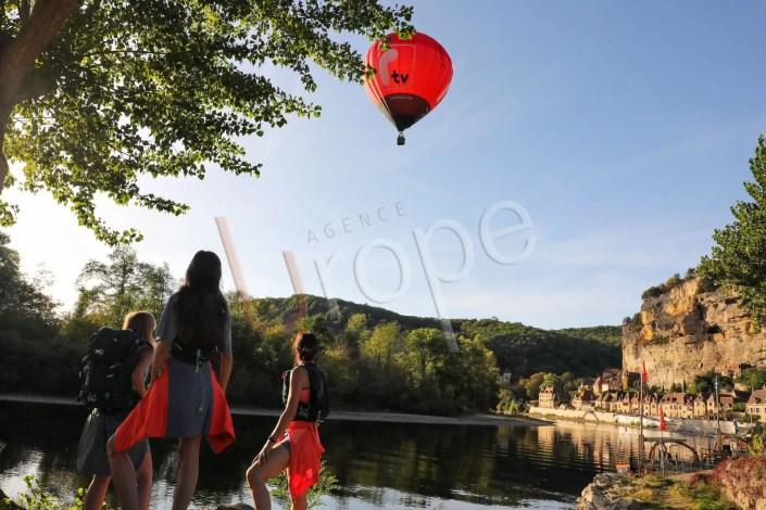 Photo d'une montgolfière sur la Dordogne à la Roque-Gageac en Périgord