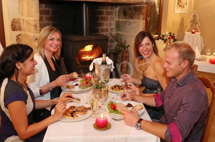 Photo d'un groupe d'amis dégustant un foie gras pour le réveillon à Sarlat