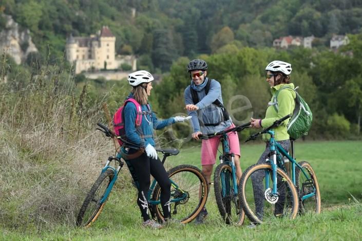 Photo de cyclistes en VTT qui ramassent des noix