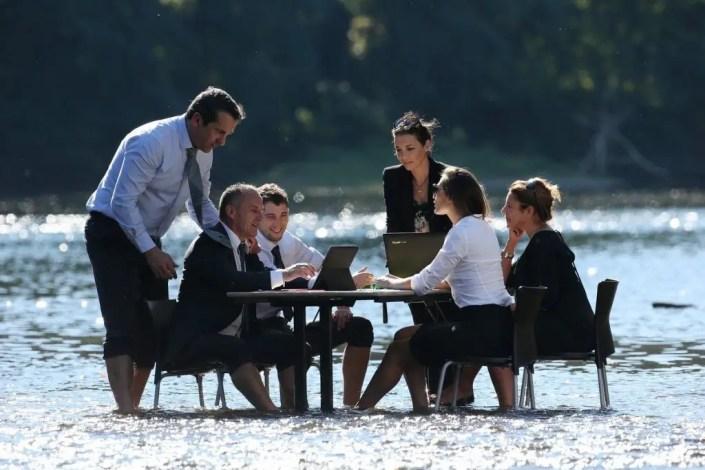Photo de réunion dans l'eau avec figurants dans la Dordogne