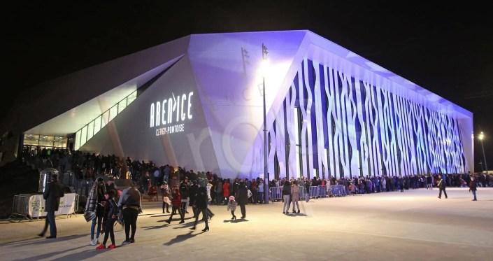 Photographie de la situation : la foule avant l'inauguration de l'Aren Ice à Paris pour l'image de marque de l'UCPA