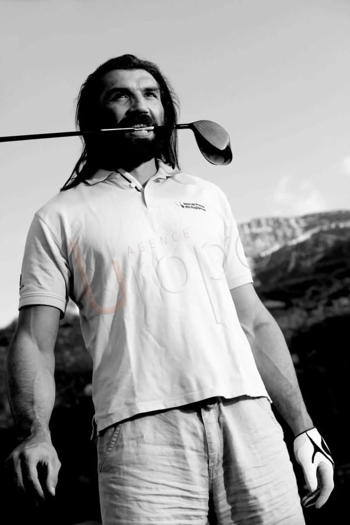 Portrait corporate de Sébastien Chabal en noir et blanc avec un club de golf