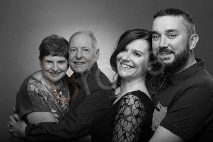 Photo d'un couple de parents avec les grands parents en noir et blanc