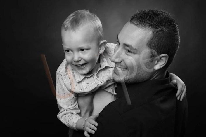 Moment unique de rires entre un père et son fils en noir et blanc