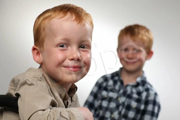 Image de 2 frères souriants avec un flou d'arrière-plan