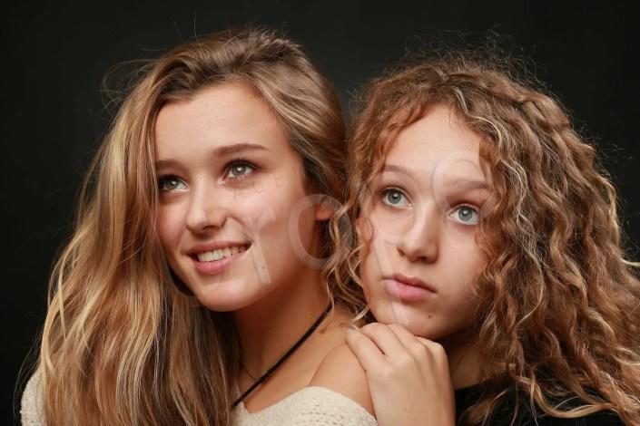 Capturer la complicité et la tendresse de deux soeurs en studio à Grenoble chez Urope