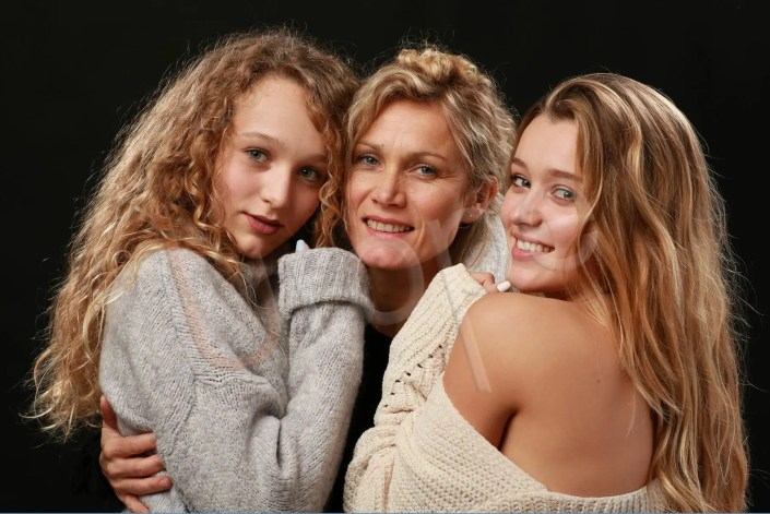 Complicité et tendresse entre une mère et ses 2 filles adolescentes