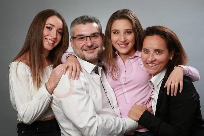 Photo d'une famille avec 2 jeunes femmes