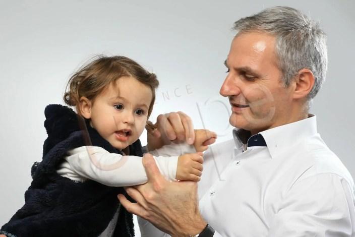 Image d'un papa qui attrape sa fille dans les bras