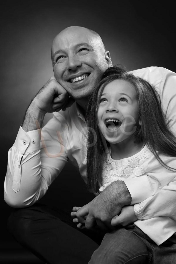 Capter les sourires d'un père et sa fille qui regardent le sous-plafond