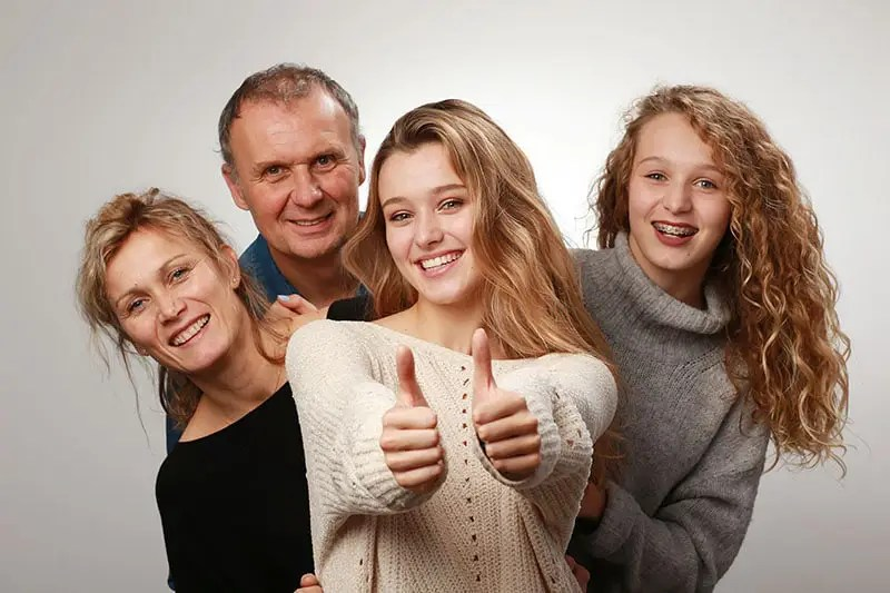 Shooting photo tendresse en studio d'une famille par l'Agence Urope, Photographe à Grenoble