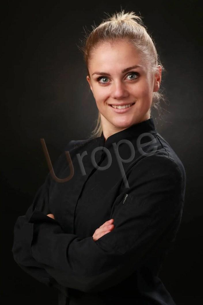 Portrait d'une jeune femme blonde en tenue de travail