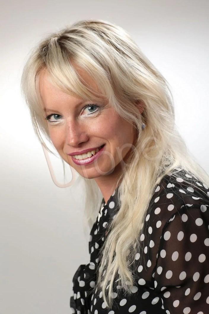 Photo d'une femme pourun beau CV ou les réseaux sociaux type linkedin ou Facebook