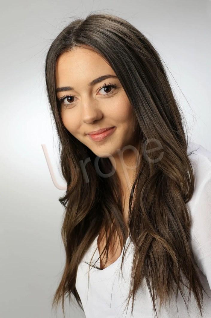 Photo portraitiste d'une étudiante en studio pour un CV modèle