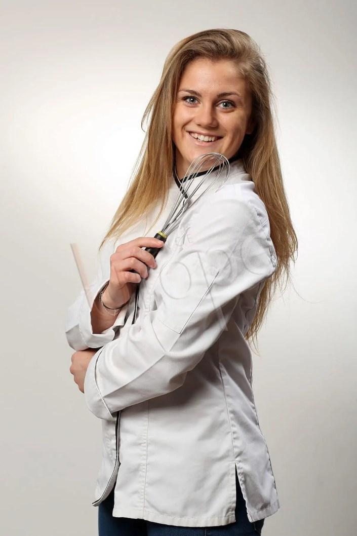 Photo CV du métier d'une chef de cuisine en studio sur fond blanc pour se démarquer