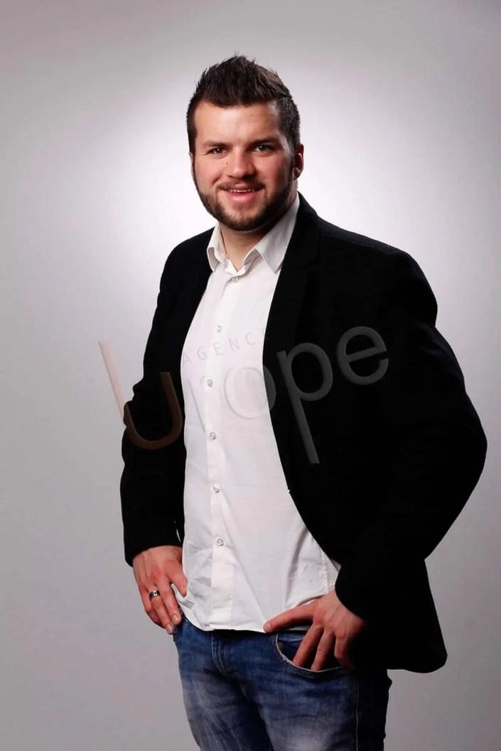 Photo d'un homme, type jeune cadre dynamique, pour son CV étudiant et ses candidatures