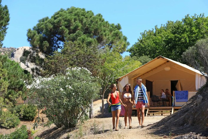 Photo de jeunes personnes dans un camping de Campéole à Sartène