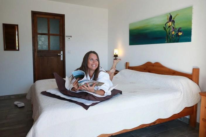Photo d'une femme allongée sur un lit d'un chambre d'hôtel
