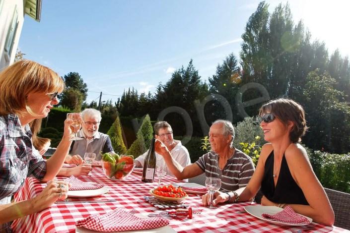 Photographie de famille à la table d'un gîte avec des figurants