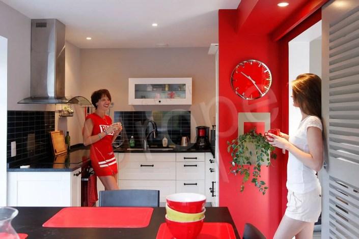 Photographie immobilière d'une cuisine d'un gîte avec deux femmes qui discutent