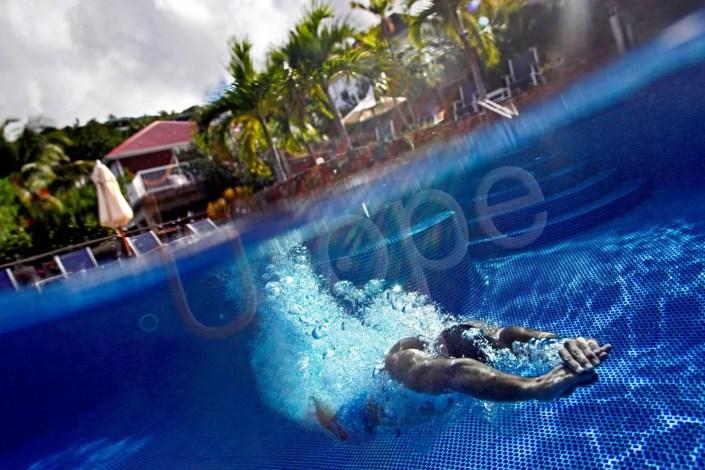 Image du plongeon de la piscine d'un hôtel de luxe aux Caraïbes