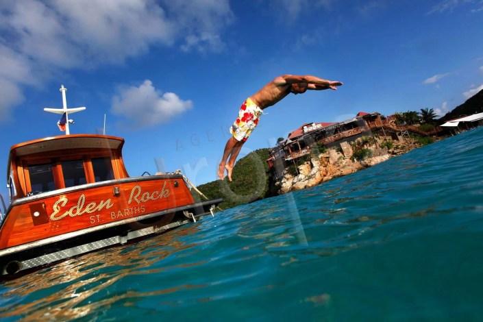 Photo devant l'Eden Rock d'un homme qui plonge d'un bateau
