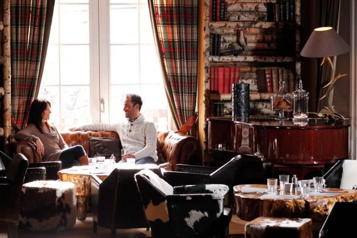 Photo d'un couple buvant un verre dans un hôtel de luxe