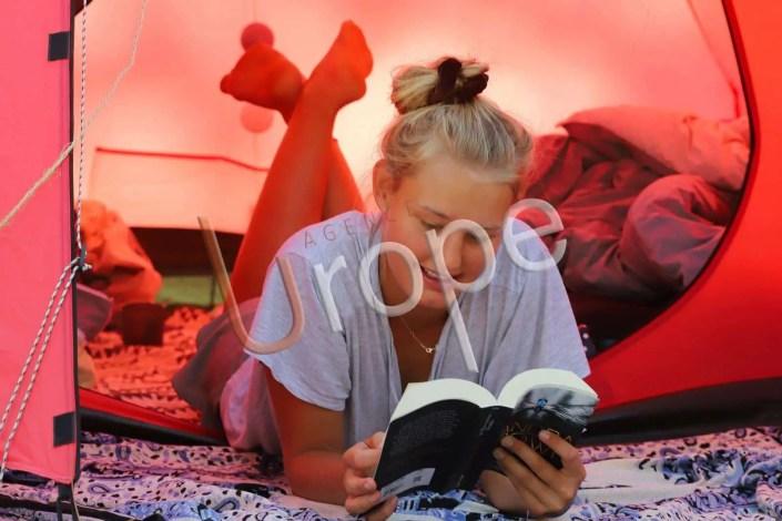 Photo d'une femme qui lit dans sa tente
