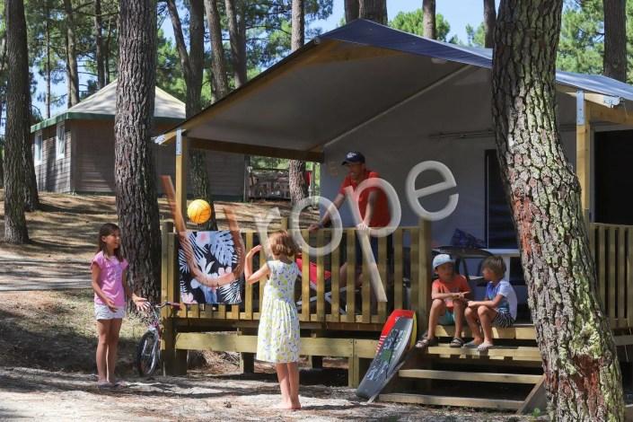 Illustration de la vie de camping devant un mobilhome