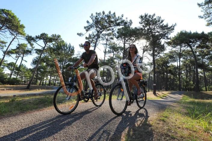 Couple en vélo sur une piste cyclable des Landes